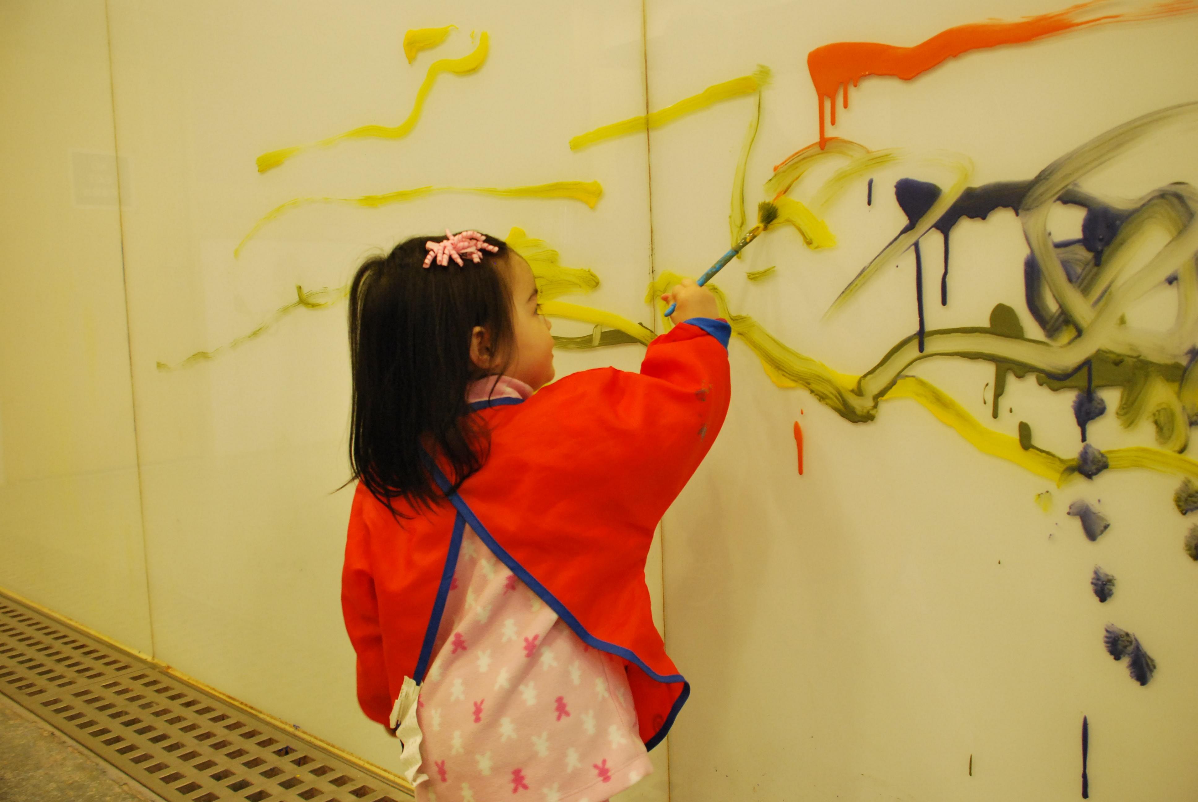 室内四周是玻璃墙,儿童可任意用水彩在墙上绘画